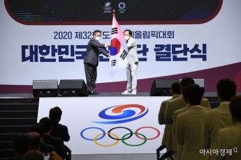 [포토]선두단기 전달 받는 장인화 선수단장