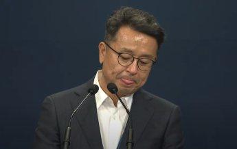 코 긁적, 헛웃음 피식…'文-李 회동' 브리핑 중 의문스런 이철희 반응