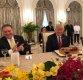 트럼프, 싱가포르서 이른 생일 축하 케이크 받아