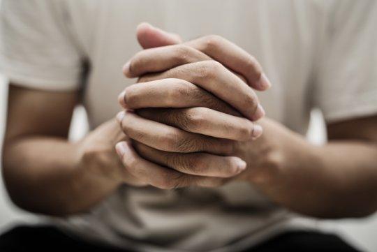 기도하다 순교?... '10년 간병' 남편 죽음의 미스터리