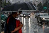 폭우에 전조등 켠 차량
