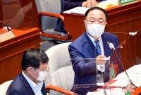 """홍남기 """"전국민 독감 무료 접종, 받아들이기 어려워"""""""