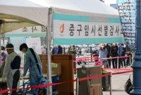 [포토]휴일 아침부터 선별진료소 앞에 길게 늘어선 시민들