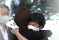 고민정, 김경수 수감 현장서 부인과 눈물의 포옹