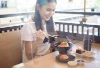 식당용 투명 칸막이, 코로나 전파 위험 되레 높일수도…앞 사람에겐 효과