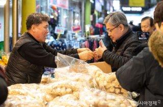 [포토]전통시장에서 한과 구매하는 이재갑 장관