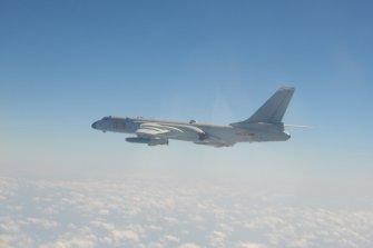 미 항공모함 노리는 '중국의 군용기들'