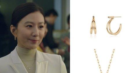 고급지고 난리난 김희애 패션 포인트 '골드 주얼리'