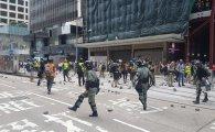 """홍콩거리 나온 중국군, """"청소 빌미로 한 경고메시지"""" 반발"""