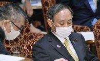 검찰 수사 중인 아베 비위 의혹에 난감한 스가 日 총리