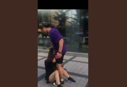"""""""日여성 머리채 잡고 폭행"""" 영상 속 남성 잡혔다"""