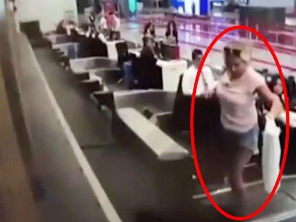 '비행기는 처음이라' 수하물 컨베이어 벨트에 올라탄 여성